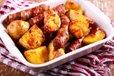 Pečen krompir in v slanino ovite klobase