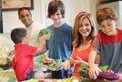 Družina med kuhanjem