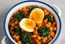 Čičerika s špinačo in trdo kuhanim jajcem