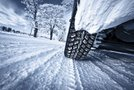 Avto vozi po snegu