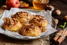 Pečene jabolčne polovičke s cimetom, kosmiči in orehi