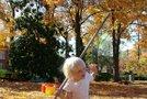 Deklica grabi listje