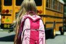 Deklica in šolski avtobus