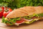 Veliki sendvič s puranjimi prsi in sirom