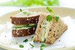 Sendvič s sirnim namazom in svežimi kumaricami