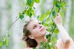 Deklica z brezo