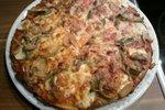 Pica s paradižnikovo omako in veliko zelenjave