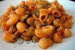 Testenine s školjkami v paradižnikovo-vinski omaki