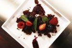 Čokoladna zemlja, ganache krema, omaka iz svežega jagodičevja