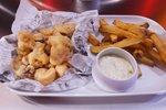 Pariško ocvrti lignji, ocvrt krompir in tatarska omaka