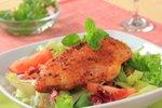 Piščančje prsi z rdečo papriko na solati