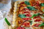 Pica iz listnatega testa s pestom, mocarelo in paradižnikom
