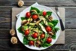 Solata s piščancem, avokadom, gobami in češnjevimi paradižniki