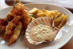 Ocvrta riba in morski sadeži s pečenim krompirčkom