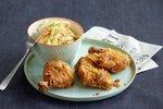 Ocvrt piščanec z zeljno solato