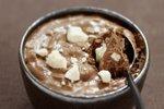 Čokoladni mousse z beljakovimi poljubčki