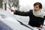 Strganje ledu z avta