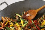 Praženje mesa in zelenjave v voku