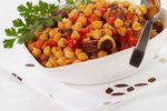 Topla čičerikina solata s klobaso