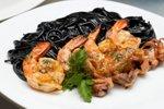 Črni špageti s škampi