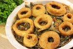 Fižolov casserole z ocvrtimi čebulnimi obročki