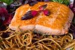 Špageti s sojinim prelivom in lososom