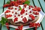 Čokoladna tortica s smetano in rdečim ribezom
