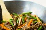 Marinirana govedina z zelenjavo in sezamom