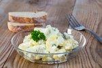 Krompirjeva solata s kumaricami in kaprami