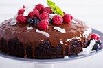 Brownie kolač s čokoladnim prelivom in sadjem