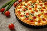 Kiš s špinačo, češnjevimi paradižniki in feta sirom