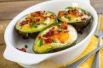 Pečen avokado z jajcem in slanino