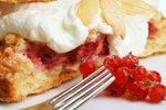 Ribezov kolač s skuto in maslenimi drobtinami