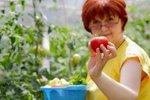 Vrtnarka na zelenjavnem vrtu