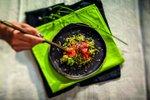 Tunov sashimi na posteljici iz kalčkov