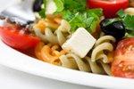 Solata iz testenin z zelenjavo, feta sirom in črnimi olivami