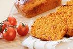 Kolač s sirom, slanino in paradižnikom