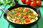 Omleta s šparglji in paradižniki