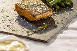 Pečen losos z belo vinaigrovo omako, šparglji in pire krompirjem