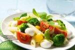 Solata s peresniki in brokolijem