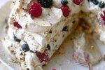 Beljakova torta s smetano in jagodičjem