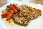 Zrezki v omaki s korenjem in njoki