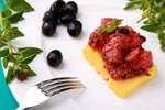 Tuna s kaprami, inčuni in črnimi olivami v paradižnikovi omaki