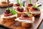 Obloženi kruhki z brijem, salamo in brusnicami