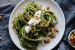 Špageti z veganskim zelenim pestom