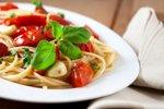 Špageti s pečenim paradižnikom in česnom
