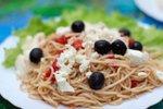 Špageti po mediteransko z domačim sirom