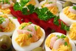 Polnjena jajca z rakci