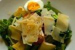 Solata s sirom, panceto in jajcem