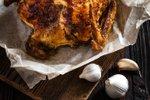 V pečici pečen mariniran piščanec